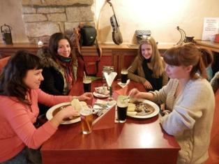 Крушовице. Королевский пивоваренный завод. Организаторы тура дегустируют важнейшие блюда чешской национальной кухни - гуляш, кнедлики и пиво