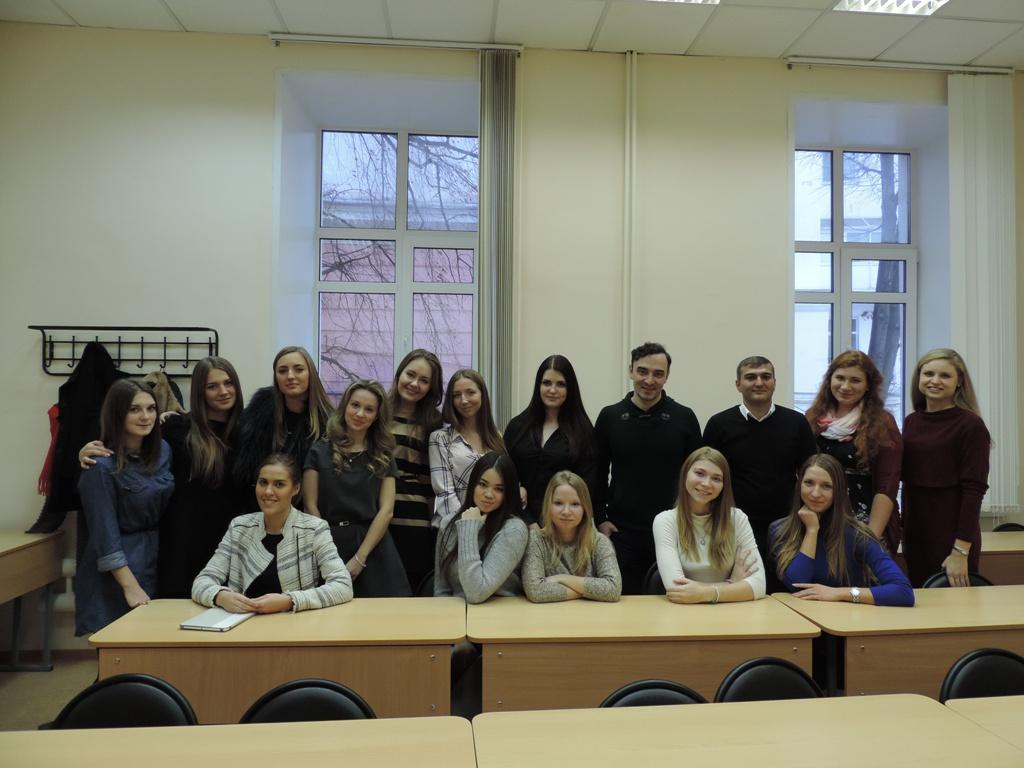 Студенты, проходившие практику в компании «Натали турс» в 2014 году, с представителями компании Юрием Гулаковым и Байрамом Назимовым.