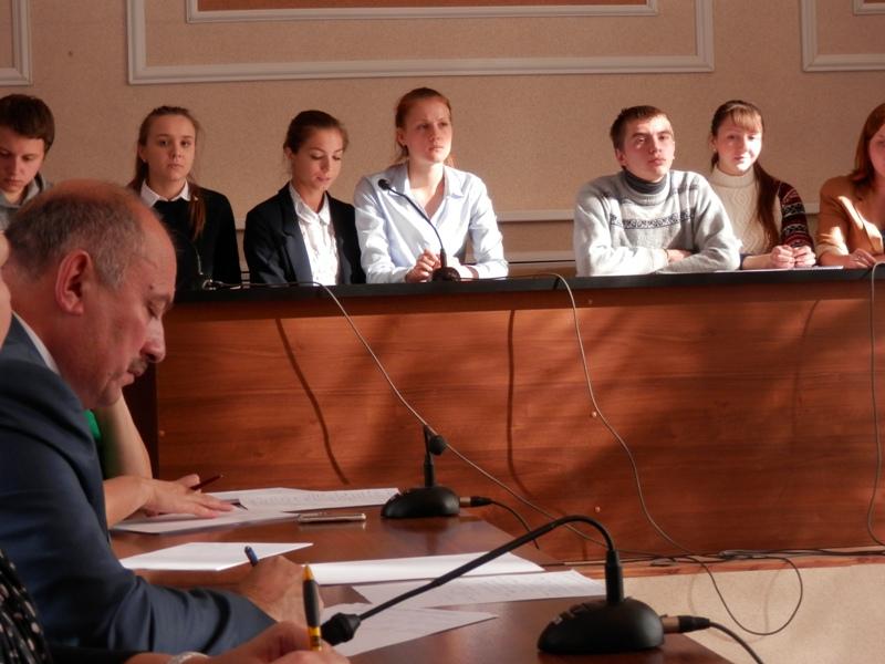 Глава администрации Мышкинского МР А.Г. Курицын записывает идеи наших студентов